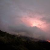 <p>Volcan en erupción, en la noche</p>
